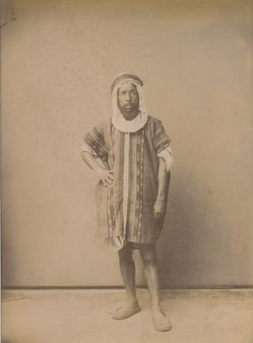 Touareg (inscription au crayon au dos).Tirage albuminé sur négatif verre dans un montage de protection, vers 1870-1880
