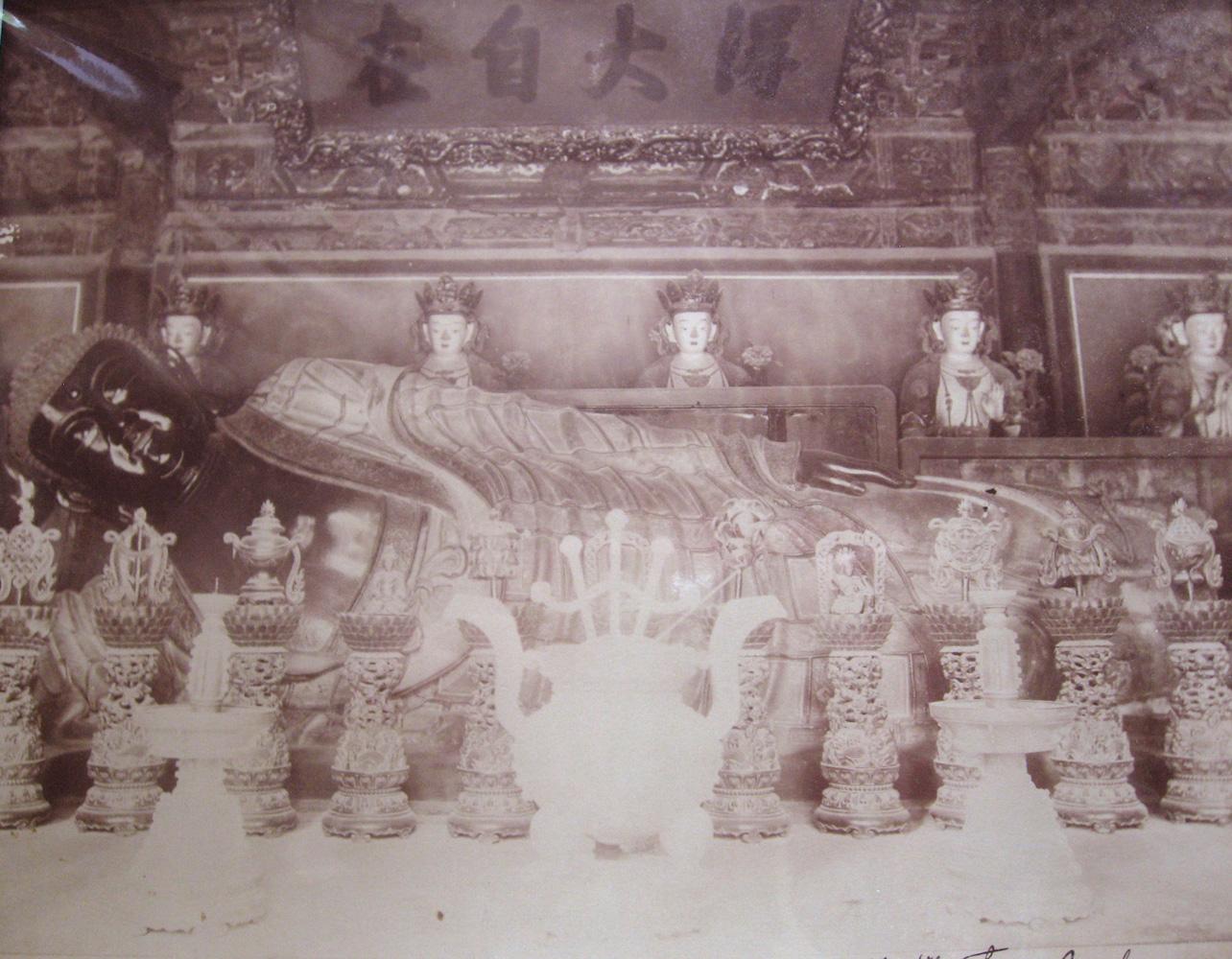 Tirage albuminé sur négatif verre du grand boudha couché près Pékin